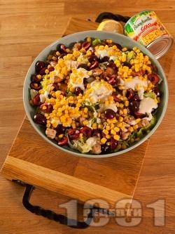 Зелена салата с пилешки хапки от бут, царевица от консерва, фета сирене и череши - снимка на рецептата